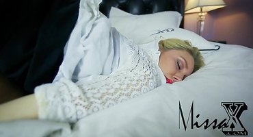 Скромный студент трахает спящую пьяную девку