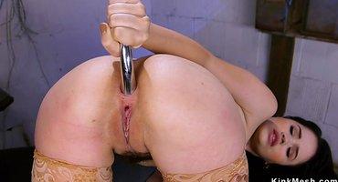 Девки в подвале мастурбируют теплые анальные дырочки