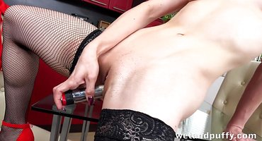 Домохозяйка в красных туфлях и чулках дрочит пизду на журнальном столике