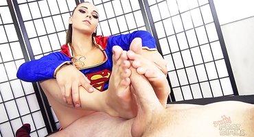 Массажистка ногами подрочила клиентку бритый хрен