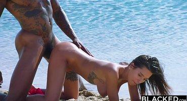Красотка чернокожему спортсмену отдалась на пляже