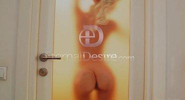 Блондинка стоит голая в ванне и трогает рукой клиторок