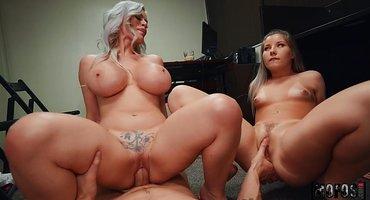Две подруги на работе ласкают гигантский хуй коллеги