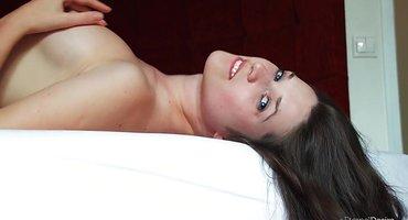 Сисястая брюнетка ползает раком в постели и дрочит манду