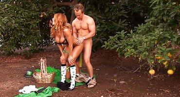 Качок в яблоневом саду выебал двух девок на день Святого Патрика