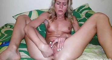 Милфа с торчащими сиськами дрочит пальчиками теплую вагину