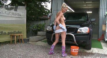 Мойщица авто показывает клиенту эротическое шоу