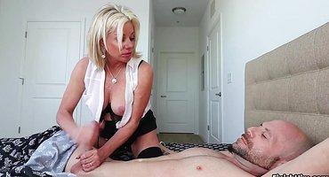 Блонди в белой блузке дрочит с утра член бородатому мужу